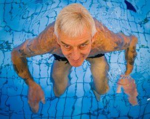 uomo di mezza età immerso nell'acqua